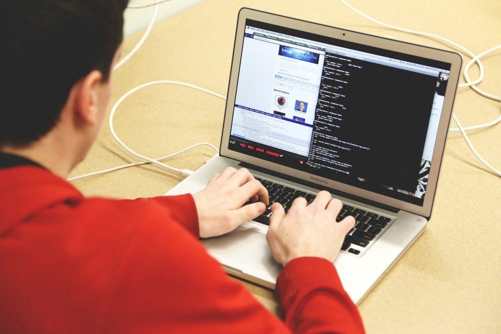 Hombre programando criptomoneda tricoin